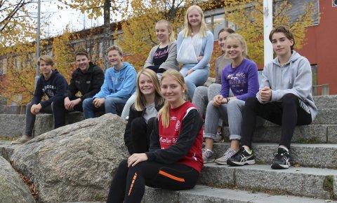 Ønsker jobber: – Ta kontakt med skolen dersom dere har jobber å tilby onsdag 19. oktober, forteller denne gjengen med elever fra Dyrløkkeåsen skole.Begge foto: Ole Jonny Johansen