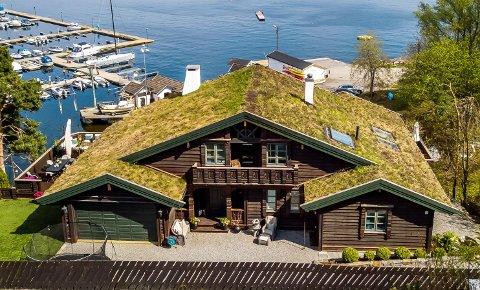 Fortsatt til salgs: Gigahus i tømmerstil på Oksval er foreløpig ikke solgt. Eiendomsmegleren sier han jobber med noen interessenter.