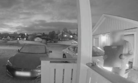 TO PERSONER: Her har tyvene åpnet bilen, og gjør seg klare til å forlate åstedet.