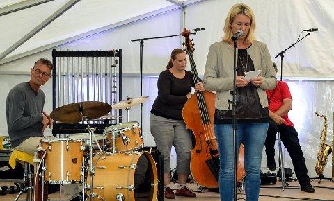 JAZZFESTIVAL: Tynsetordfører Merete Myhre Moen åpnet offisielt Tynset jazzfestival på Bortistu Neby. Til venstre  trommeslagerveteran Espen Rud. Ellen Brekken på bass.