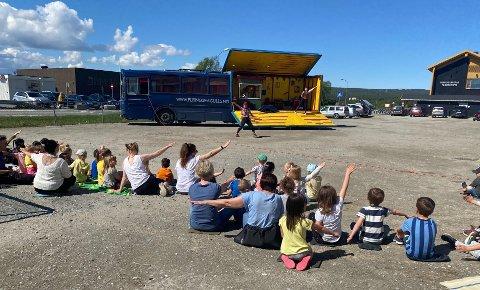 """Sirkus på rundtur: Bussen Blåmåka med """"The Flying Seagulls"""" tok turen til Røros for å muntre opp store og små med sirkusnumre."""