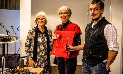 Helene Kiding (t.v.) fra Vinterbro med smykker, Åshild Longva fra Ås med vevde løpere, og Rasmus L. Steensgaard fra Ski med diverse smijern.