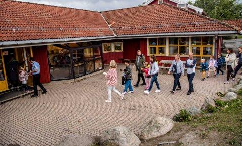 LEVER VIDERE: Kroer skole får fortsette driften. Her fra skolestart.