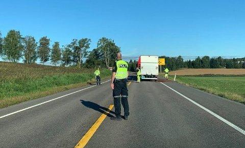 DIRIGERTE TRAFIKKEN: Politiet rykket ut og dirigerte trafikken forbi ulykkesstedet, noen hundre meter sør for Holstadkrysset.