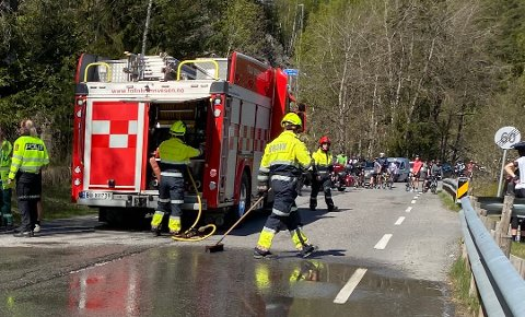 ULYKKESBELASTET: Brannvesenet rydder opp etter en frontkollisjon mellom en sykkel og en bil 5. mai i år.