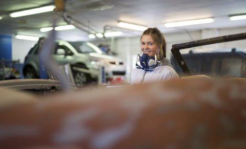 Drømmejobben: Lene Brattekleiv (18) sin drøm om å jobbe med biler er oppfylt. Nå skal den blide jenta sveise, pusse og lakke biler hos Br. Ellefsen på Krana. foto: stig sandmo