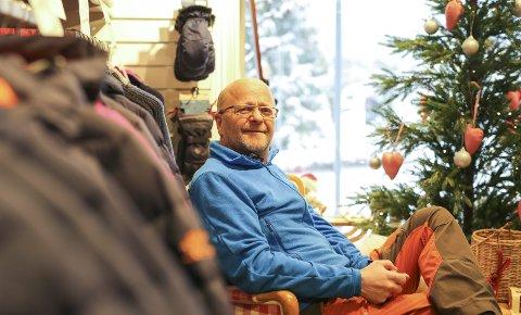 Lite handleglede: – Vi tar inn mange vintervarer som vi håper på å selge under julehandelen, men jeg merker at konkurransen fra nett og utenbyshandel øker, og at marginene våre blir mindre. Helårsbyen Risør er i fare, sier kjøpmann Willy Thorsen.foto: stig sandmo