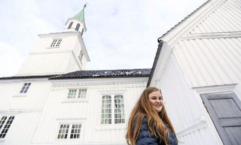 Ny scene: Sigrun Eikeland Arnevik (16) har sunget i både Gjerstad og Søndeled kirke, og sammen med Jonas Alaska i Risørhuset. Til søndag skal hun for første gang synge i Risør kirke, sammen med Risør musikkorps.foto: stig sandmo