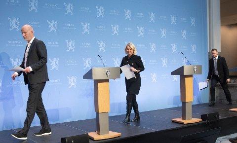 Helsedirektør Bjørn Guldvog (f.v.), justis- og beredskapsminister Monica Mæland og helse- og omsorgsminister Bent Høie under pressekonferanse om koronasituasjonen i forbindelse med påskeferie.