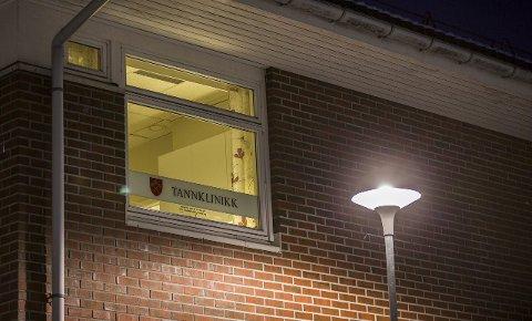 VIL FLYTTA: Det brenn eit blått lys for tannklinikken på Frekhaug om fylket får det som dei vil. Ønsket er å samlokalisera alle tannklinikkar til det nye helsehuset i Knarvik.FOTO: Morten Sæle
