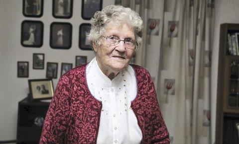 1 STERK SOM FJELL: Det har vore mykje hardt arbeid og mange lange dagar for Nora Hauge i Baløy. – Eg har hatt ei helse sterk som fjell, seier ho.