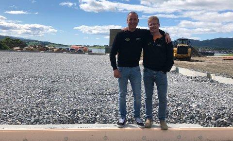 På tomta: Tom-Georg Pettersen (33) og Kjetil Simonsen står på tomta hvor et næringsbygg skal bygges, og i det bygget skal 33-åringen fra Fauske starte opp driften av en ny avdeling.