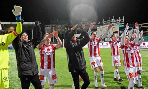 JUBELGUTTER: Slik jublet TIL-spillerne etter seieren i siste hjemmekamp mot Jerv. Da Sogndal samtidig tapte for Sandnes Ulf, lå alt til rette for TIL-opprykk.
