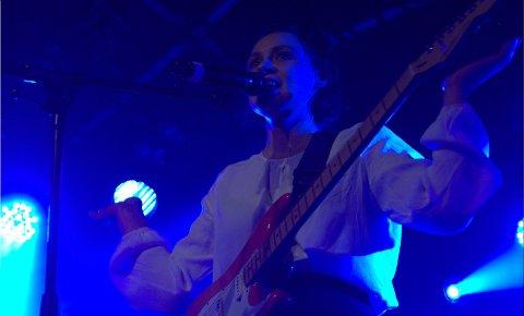 Silja Sol med band imponerte under kveldens konsert. FOTO: Juliann Louise Larsen