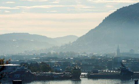 Høy temperatur i høyden og lavere temperatur i bykjernen førte til at det la seg et giftlokk over byen i dag. giftlokk smog forurensing giftsky eksos utslipp miljø nox