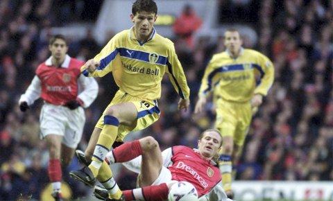 I 1999 fikk Eirik Bakke sin debut i Leeds – her i duell med Arsenals Emmanuel Petit. Da var Bakke og Leeds skikkelig gode. Nå tror Bakke at gamleklubben er på vei tilbake til Premier League.