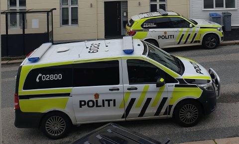 Politiet er på stedet med flere enheter etter funn av død person i en leilighet.