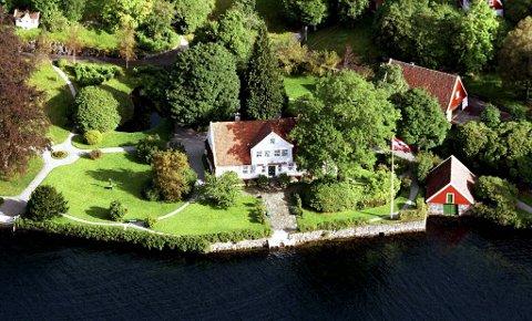 Tom Steckmests eiendom i Øvre Ervik består av en rekke bygninger, deriblant en gammel tømmerhytte. Den sees ikke på bildet.