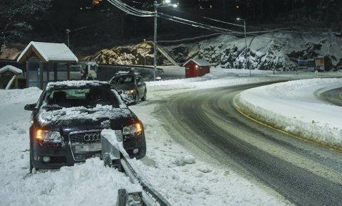 Føreren av denne bilen forteller til BA at han mistet veigrepet i en sving etter Søfteland, og traff deretter autovernet. De skulle prøve å dra løs bilen selv: – Skal vi vente på tauebil i dag, må vi vente til langt på natt.