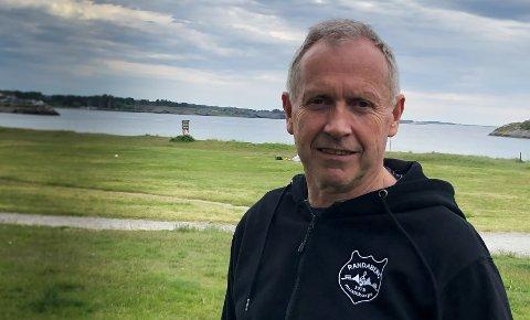 Ingen bål: Svein Nybø har pleid å ha ansvaret for bålbyggingen på Vistestranden. I år blir det trolig ikke noe av.