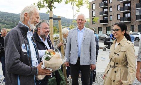 HJERTELIG MOTTATT: Hadia Tajik, nestleder i Ap, ble hjertelig mottatt med blomster av Modums tidligere ordfører Terje Bråthen (f.v.), Morten Wold fra Frp og ordfører Ståle Versland