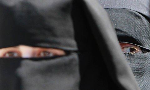 «For ordens skyld, har vi aldri vært vitne til at noen elever eller lærere har brukt niqab i skolen. Og det er dette vi mener er bekymringsfullt: At et policynotat om integrering måtte nevne slike eksempler og få situasjonen til å framstå som prekær», skriver fire kronikkforfattere fra høgskolemiljøet. Illustrasjonsbildet av kvinner i niqab er hentet fra en demonstrasjon på Vestbredden, byen Nablus, i 2014.