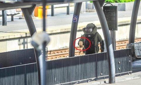 En mann fra bombegruppa i spesialdrakt fjernet den mistenkelige gjenstanden etter to og en halv time. Imens var stasjonen stengt og togtrafikken stanset.