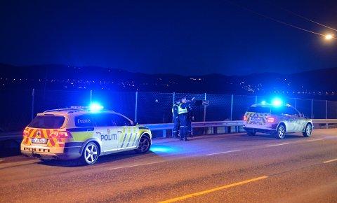 Politiet har rykket ut med flere biler.