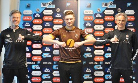 HAR SIGNERT: Benjamin Stokke (i midten) har signert for MIF. Hovedtrener Vegard Hansen (t.v.) og sportssjef André Nevstad er fornøyde.