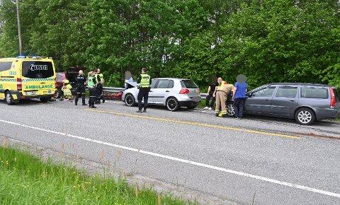 Politiet dirigerer trafikken forbi manuelt mandag ettermiddag på Gamle Sørlandske der tre biler var involvert i ei trafikkulykke.