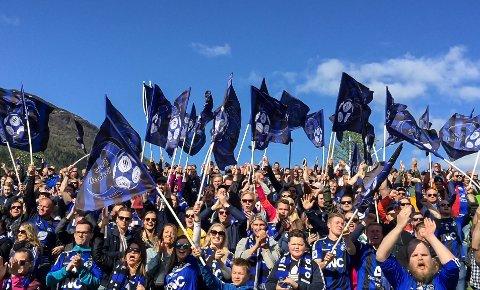 SILD I TØNNE: Slik såg supporterberget til Florø ut i Førde 16. mai. No set dei opp buss til Lysekloster for å gjenskape suksessen.