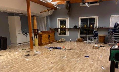 HÆRVERK: Uvedkommande har gjort hærverk, og prøvd å tenne på, i Frøyenhuset i Kalvåg