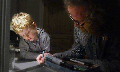 SAMARBEID: Svanøy-maskoten Ola (12) samarbeider med Halvard Lunde for å illustrere «Påskemordet»