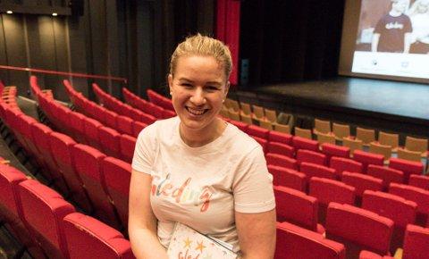 FØRDEHUSET: Siri Abrahamsen i salen i Førdehuset ein time før ho skulle på scene tysdag.