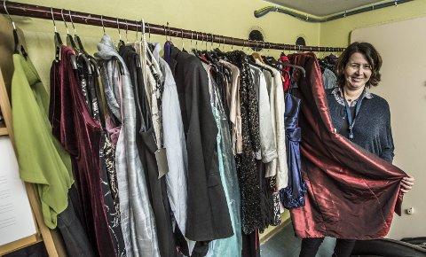 Vil ha penklær: Lærer ved Gressvik ungdomsskole, Marianne Kristiansen, håper flere vil donere kjoler og dresser til skolen så elever som ikke har råd til et antrekk kan få delta på årets juleball.