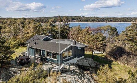 Hyttedrømmen: Denne hytta på Storesand lå ute til 7,2 millioner kroner, men endte opp med å gå for 10,1 millioner. Det er nesten tre millioner over takst. Foto: Inviso