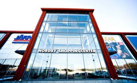 Innbruddstyver tok seg inn i Nordby Shoppingcenter ved å sage seg gjennom gitteret på senteret.