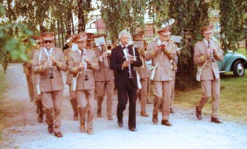 Det er vanlig at korpset spiller når noen medlemmer gifter seg. Her fra Tom Sølands bryllup i 1975.