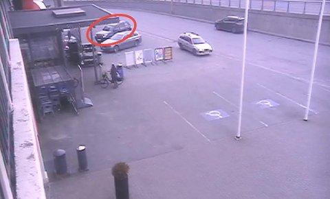 Politiet etterlyser eieren av denne svarte SUV-en i forbindelse med at en ruskjører trolig har kjørt inn i bilen.
