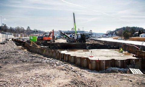 Arbeidet med å bygge byens høyeste boligblokk på Seut er omsider i gang. Nå krever utbyggeren erstatning fra Statens vegvesen for forsinkelsene.