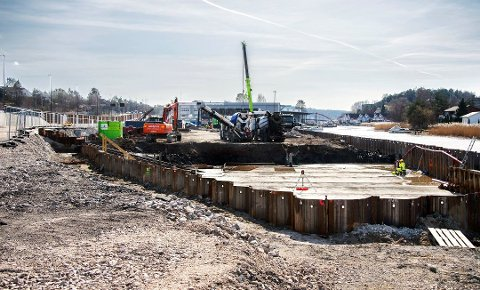 Arbeidet med å bygge byens høyeste boligblokk på Seut kom omsider i gang i februar. Nå krever utbyggeren erstatning fra Statens vegvesen for forsinkelsene.
