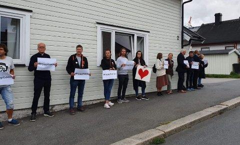 – Tusen takk til alle som møtte opp og alle som har støttet med oppmuntrende tilrop! Alle skal være trygge i sine gudshus. #tryggibønn, skriver dialogforumet etter markeringen i Sarpsborg forrige fredag.