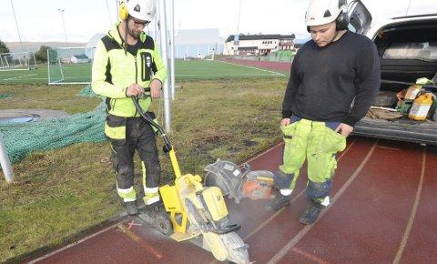 INGEN VEI TILBAKE: Maskiner i sving, motorsaga klar til bruk. Nå trenger ingen lure på om det blir renovering av tartandekket på friidrettsbanen på stadion. Foto:Kjell Kolsvik