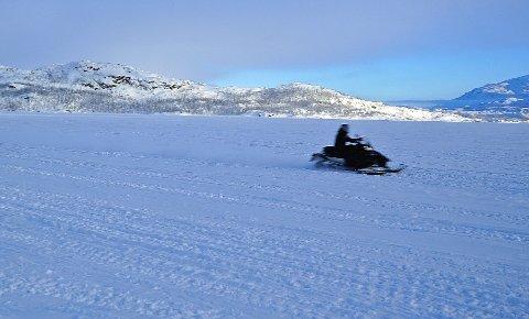 GÅR UNNA: De fleste av de som kjører snøscooter i Sverige kjører over fartsgrensen.