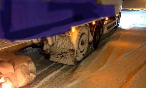 Sjåføren skal ha kjørt en lengre strekning på bare to aksler, det indikeres også av snøen som har lagt seg her. Foto: Statens vegvesen.
