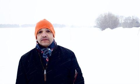 TRYGG VILLMARK: Sammy Jeridi kommer fra Stockholm. Nå bor han i Nordreisa. I Stockholm stiger dødstallene. – Det føles trygt å bo på et sted som dette. I Villmarka, sier Jeridi.