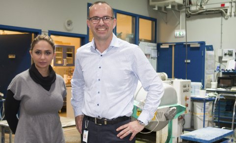FORSKNINGSPROSJEKT: Forsker Nodar Al-Manasir og Dan Arve Juvik – her i laboratoriet hos Mapei på Sand – er allerede godt i gang med forskningsprosjektet som skal finne mer miljøvennlige løsninger for utnyttelse av restbetong og avfallsmasse. FOTO: PER HÅKON PETTERSEN