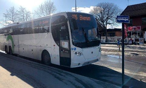 5.615 PASSASJERER: I forrige uke løste 5.615 personer billett på 105-bussen mellom Kongsvinger og Hamar. Her er en av bussene på ruta – uten at eksakt denne bussen har noen som helst tilknytning til denne saken – fotografert utenfor Kremmertorget i Elverum.