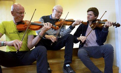 Slåttefamilie: Eirik (21), Leif Inge (49) og Ivar (snart 76)re klar for vennskapeleg dyst på landskappleiken på heimebane i dag.