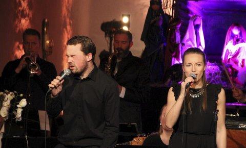 TRØKKET TIL: De lokale sangerne tok ekstra ansvar da gjesteartisten uteble fra lørdagens konsert. Her er det Øyvind Wold og Silje Grini som leder an.